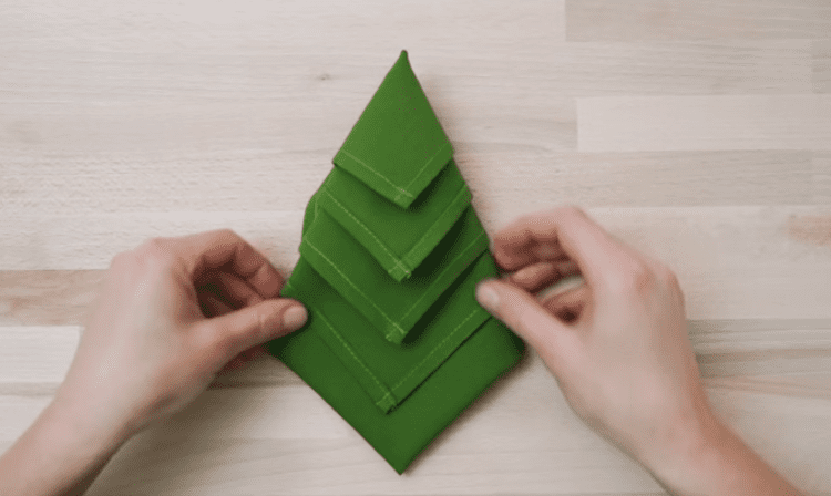 christmas-tree-napkin-folding-4